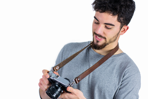 Casual man holding his cameraの写真素材 [FYI00006657]