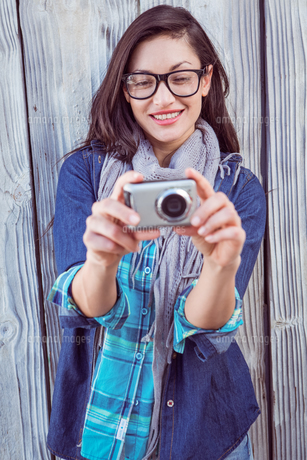 Happy hipster taking a pictureの写真素材 [FYI00006658]