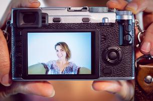 Casual brunette taking a selfieの写真素材 [FYI00006660]