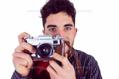 Casual man taking a photoの写真素材 [FYI00006661]