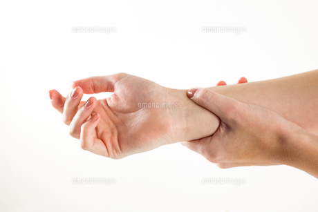 Woman with hand injuryの素材 [FYI00006675]