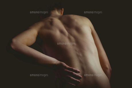 Nude woman with a back injuryの写真素材 [FYI00006676]