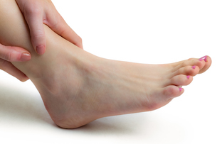 Woman with ankle injuryの素材 [FYI00006678]