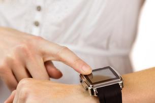 Woman using her smart watchの写真素材 [FYI00006682]