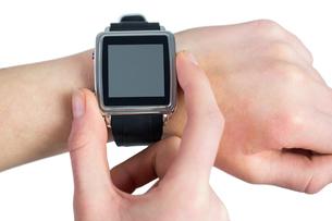 Woman using her smartwatchの写真素材 [FYI00006686]