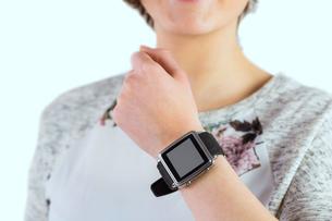 Woman wearing her smartwatchの写真素材 [FYI00006691]