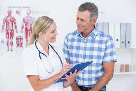 Doctor showing clipboard to her patientの写真素材 [FYI00006723]