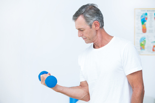 Patient lifting dumbbellの写真素材 [FYI00006739]