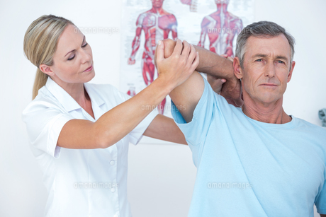 Doctor stretching a man armの写真素材 [FYI00006751]