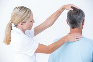 Doctor doing neck adjustmentの写真素材 [FYI00006754]