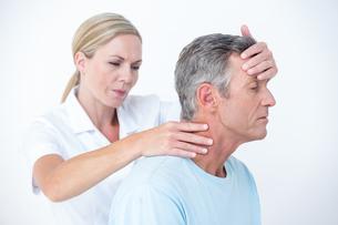 Doctor stretching her patient neckの写真素材 [FYI00006757]