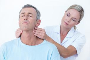 Doctor stretching her patient neckの写真素材 [FYI00006758]