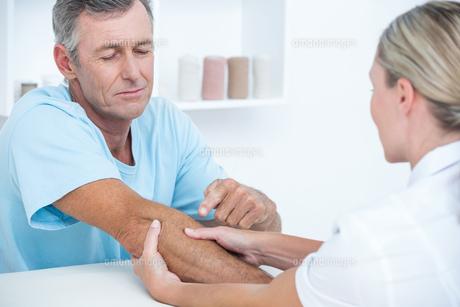 Doctor doing arm massageの写真素材 [FYI00006763]