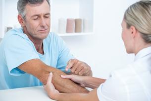 Doctor doing arm massageの素材 [FYI00006763]