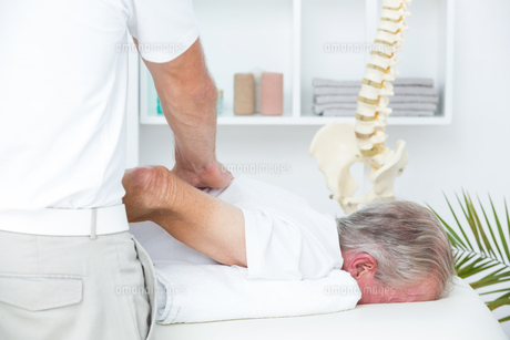 Physiotherapist doing shoulder massage to his patientの素材 [FYI00006771]