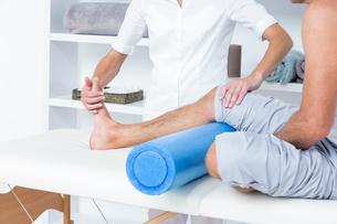Doctor examining her patient legの写真素材 [FYI00006772]