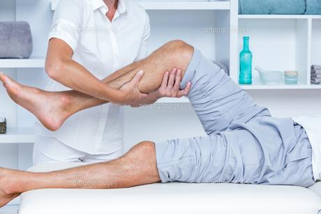 Man having leg massageの写真素材 [FYI00006773]