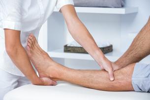 Man having leg massageの写真素材 [FYI00006774]