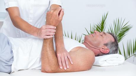 Doctor examining her patient armの写真素材 [FYI00006776]