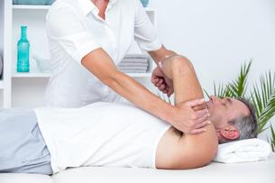 Doctor examining her patient armの写真素材 [FYI00006777]