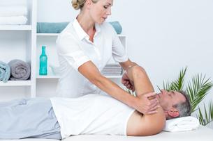 Doctor examining her patient armの写真素材 [FYI00006778]