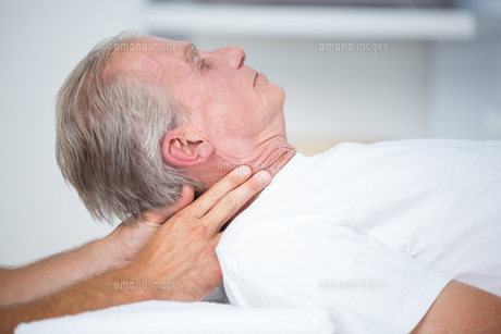 Man receiving neck massageの素材 [FYI00006780]