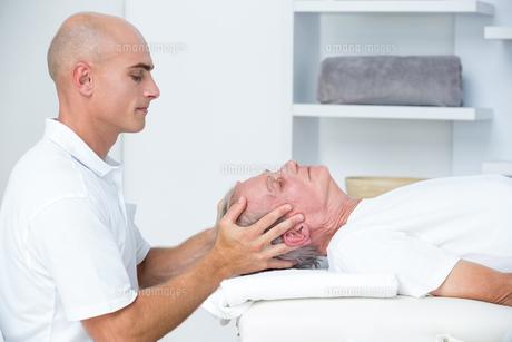 Man receiving head massageの写真素材 [FYI00006781]