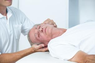 Man receiving head massageの写真素材 [FYI00006782]