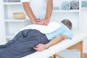 Physiotherapist doing back massageの写真素材 [FYI00006784]
