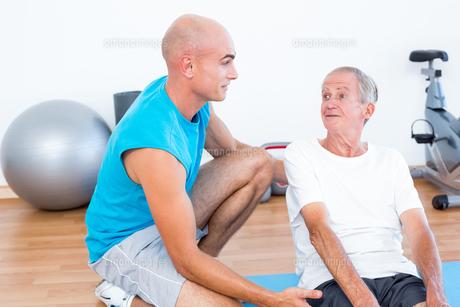 Patient speaking with his trainerの写真素材 [FYI00006787]