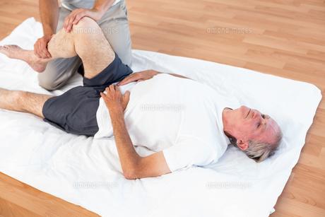 Man having leg massageの写真素材 [FYI00006790]