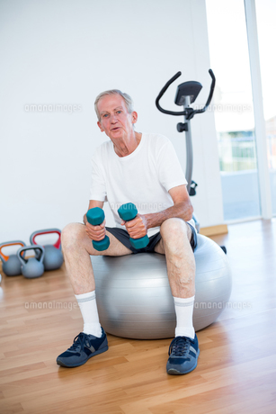 Old man sitting on exercise ballの写真素材 [FYI00006797]
