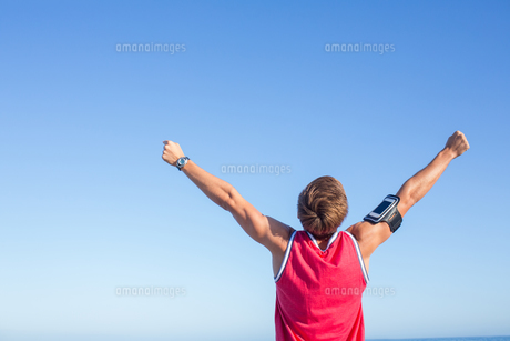Handsome man raising armsの写真素材 [FYI00006812]