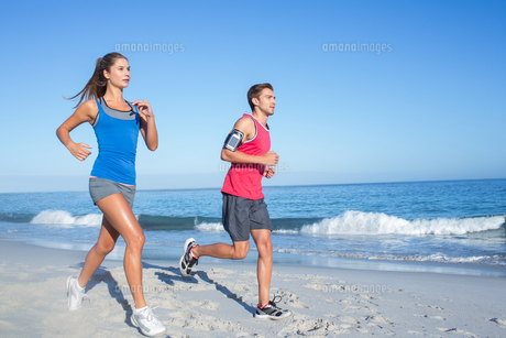 Happy couple running together beside the waterの素材 [FYI00006816]