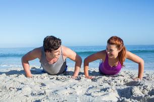 Happy couple doing push ups togetherの素材 [FYI00006820]