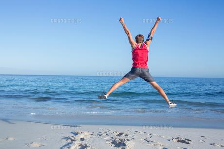 Handsome man jumpingの写真素材 [FYI00006821]