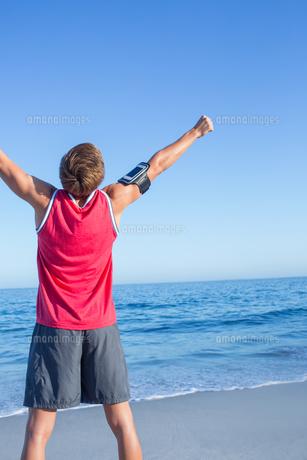 Handsome man raising armsの写真素材 [FYI00006822]