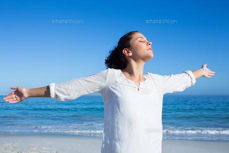 Brunette doing yogaの素材 [FYI00006831]