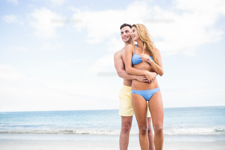 Happy couple in swimsuit embracingの写真素材 [FYI00006870]