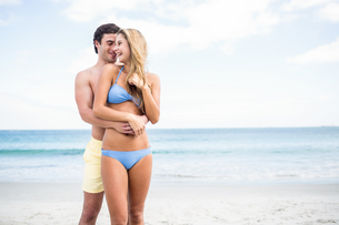 Happy couple in swimsuit embracingの写真素材 [FYI00006875]