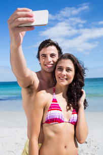 Happy couple taking selfieの写真素材 [FYI00006887]