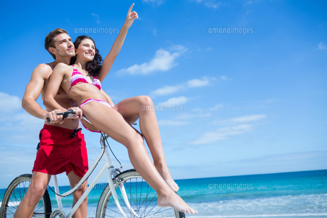 Happy couple going on a bike rideの写真素材 [FYI00006894]