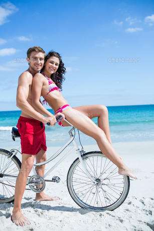 Happy couple going on a bike rideの写真素材 [FYI00006897]