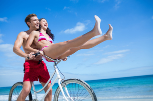 Happy couple going on a bike rideの写真素材 [FYI00006900]