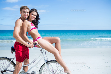 Happy couple going on a bike rideの写真素材 [FYI00006902]