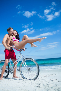 Happy couple going on a bike rideの写真素材 [FYI00006903]