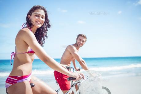Happy couple going on a bike rideの写真素材 [FYI00006905]