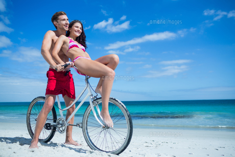 Happy couple going on a bike rideの写真素材 [FYI00006906]