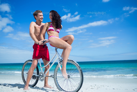Happy couple going on a bike rideの写真素材 [FYI00006908]