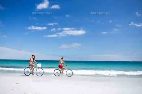 Happy couple going on a bike rideの写真素材 [FYI00006909]
